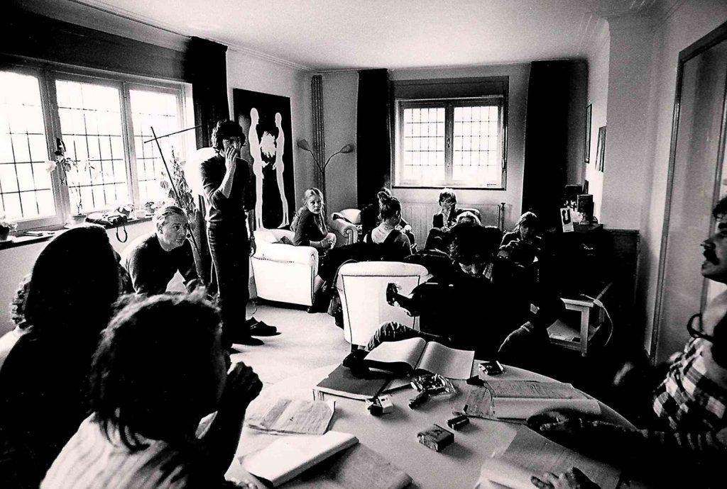 De Nieuwe Scène tijdens leesrepetitie - Arturo Corso (rechtstaand) en Dario Fo (zittend links) - © Marnix Poot