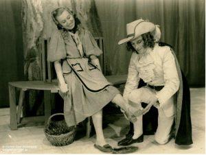 Jeugdtheater van de KNS 1943: Tine Balder (l) als Assepoes en Jaak Van Hombeek als Prins, (tekst en regie Fred Engelen). © KNS-archief in FelixArchief, Stad Antwerpen, nr. 9#1639 (Foto Segers)