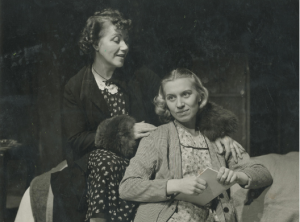 KNS-NT, 1952: Glazen Speelgoed (Tennessee Williams), regie Fred Engelen. Met Jenny Van Santvoort (Mrs. Wingfield) en (rechts) Tine Balder (Laura). © KNS-Archief in FelixArchief, Stad Antwerpen, nr. 10042 (Foto: Reusens)