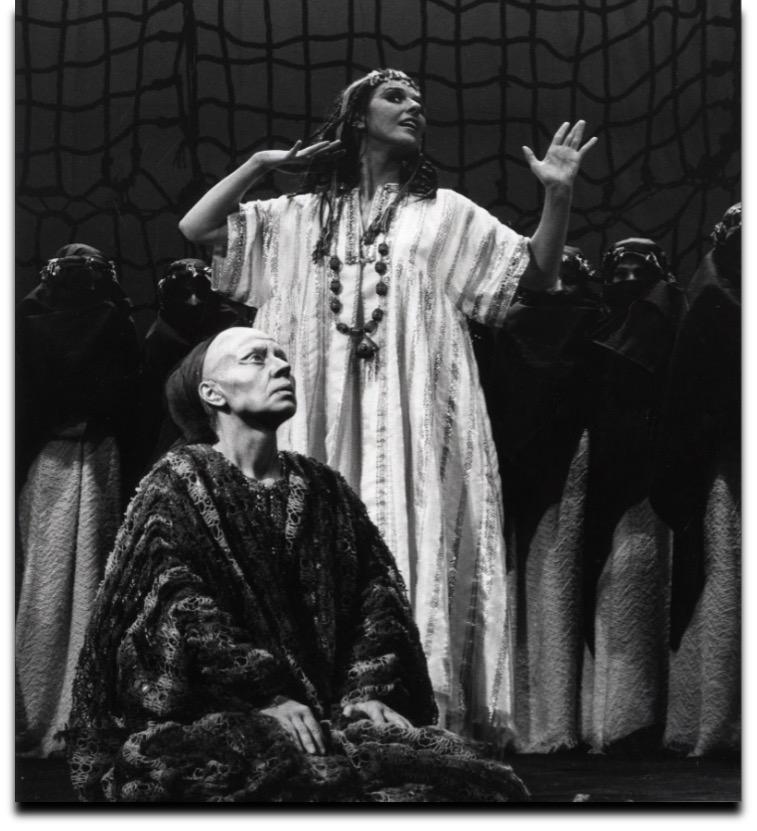 KNS 1974: Tine Balder (Hekuba) en Marilou Mermans (Kassandra) in De Trojaanse Vrouwen (J.P. Sartre, naar Euripides), regie Walter Tillemans. © KNS-Archief in FelixArchief Stad Antwerpen, nr. 4177 (Foto: Reusens)